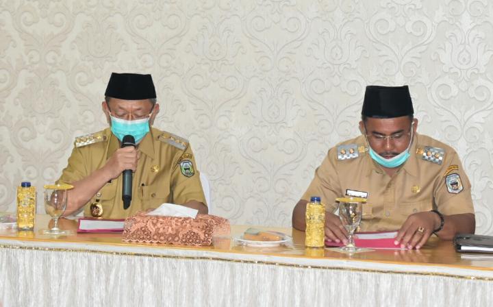 Bupati Sarolangun Cek Endra didampingi Wabup Hilalatil Badri ketika memimpin rapat di rumah dinas Bupati Sarolangun.