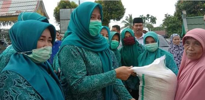 Rosita Cek Endra saat membagikan beras gratis ke warga
