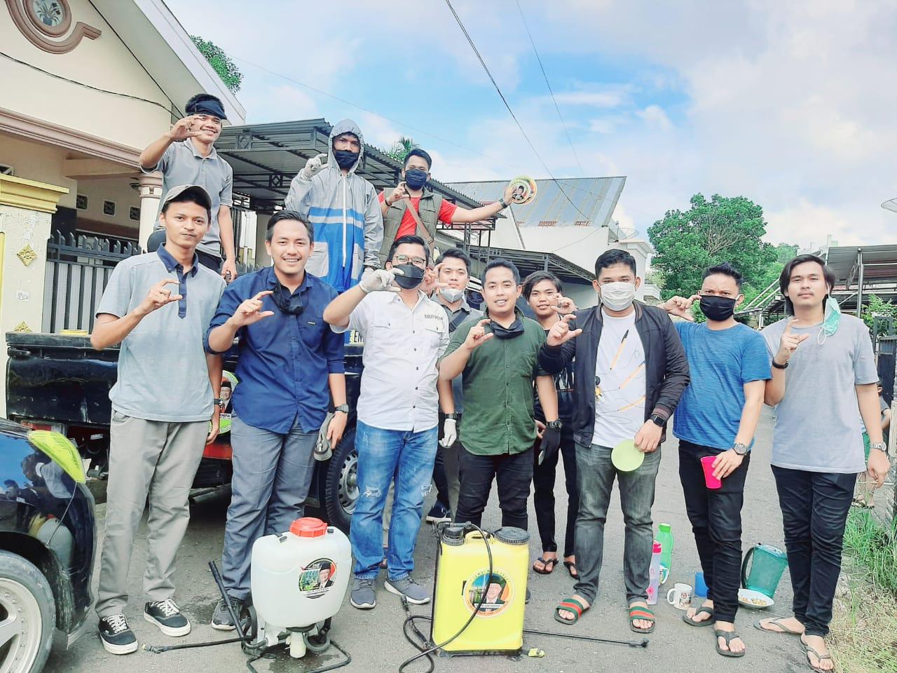 Anak-anak muda relawan Cek Endra berjibaku menyemprotkan Disinfektan di lingkungan warga kota
