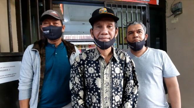 Asnawi AB ketika melaporkan kasus penipuan yang mencatut nama Cek Endra ke Polsek Jambi Timur/Jambi Independent