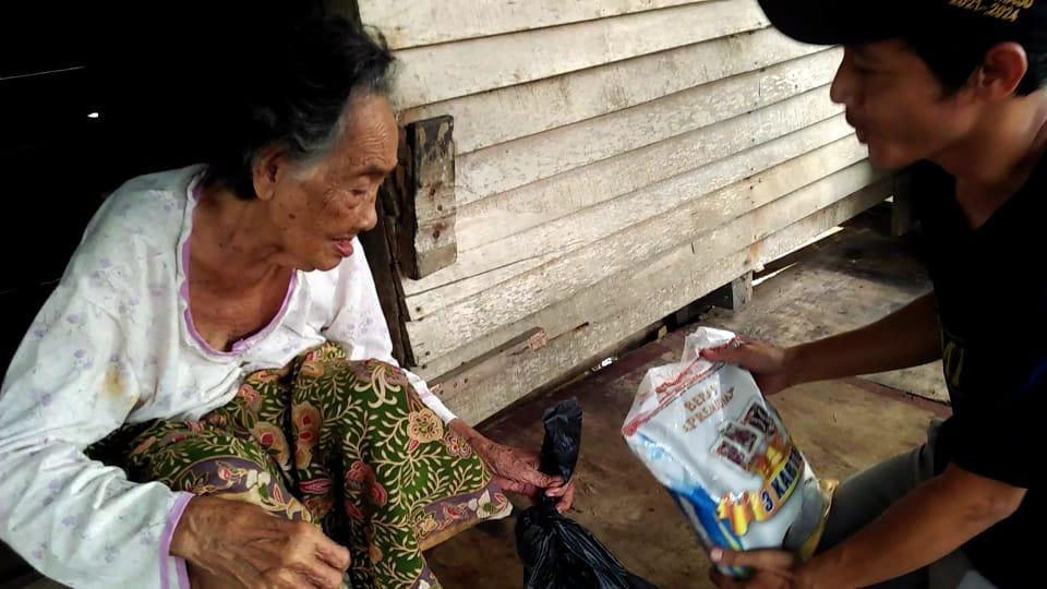 Relawan Cek Endra ketika menyalurkan bahan pokok untuk warga yang membutuhkan di Jambi Kecil.