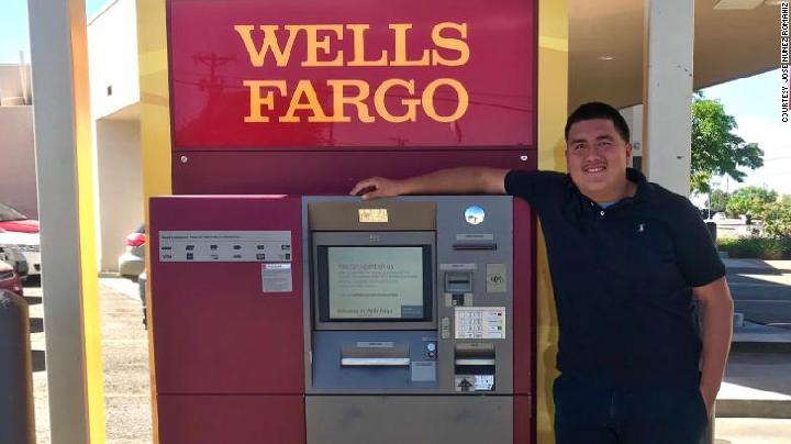 Nunez berdiri di dekat mesin ATM tempat ia menemukan kantong berisi uang.[CNN]