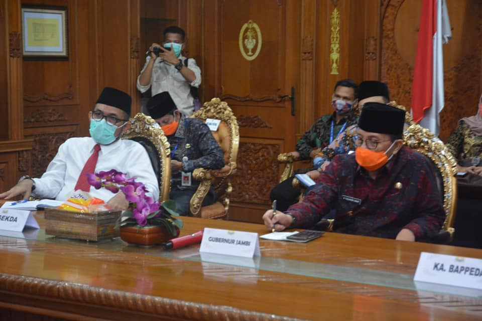 Gubernur Fachrori ketika mengikuti Musrenbangnas secara online