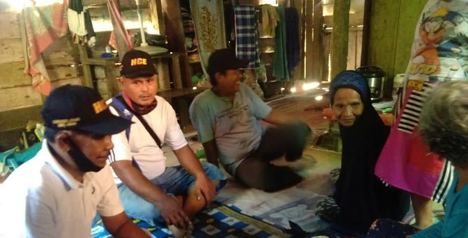 Relawan Cek Endra mengirimkan bahan pokok untuk warga terimbas Corona
