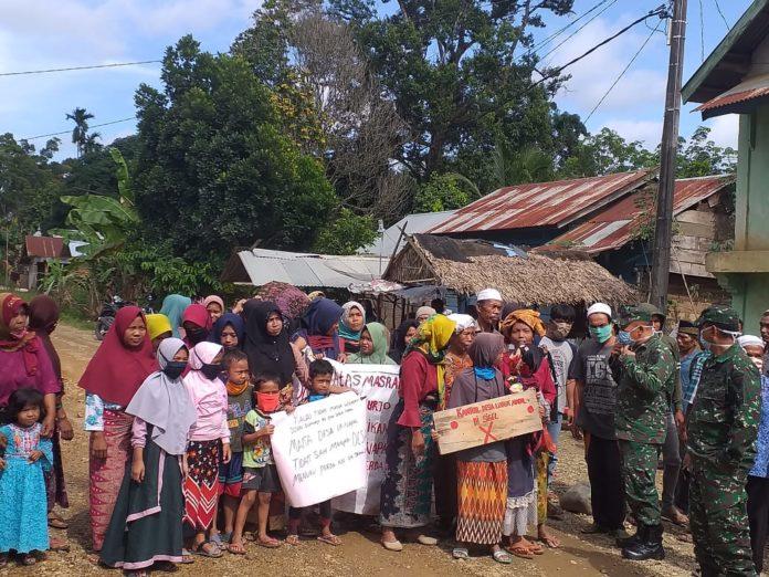 tak memperoleh BLT, warga ramai-ramai demo dan menyegel kantor Desa Lubuk Napal, Merangin