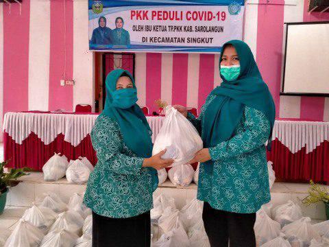 Rosita Endra saat menyerahkan bantuan Sembako Gratis untuk warga.