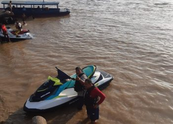 Hilalatil Badri dan koleganya Dr Dedek Kusnadi ketika menikmati keindahan Sungai Batanghari sambil olahraga Jet Ski.