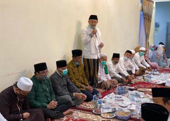 Cek Endra menyapa tetamu yang hadir bertakziah malam ke tujuh wafatnya sang ayahanda H Cek Mak bin Agus Roni