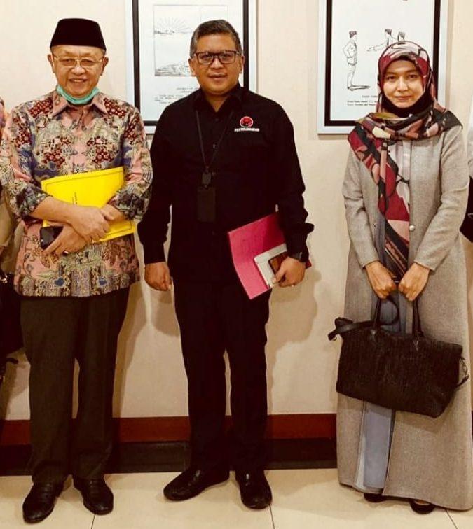 Sekjen PDIP Hasto Kristiyanto diapit Cek Endra dan Ratu Munawaroh
