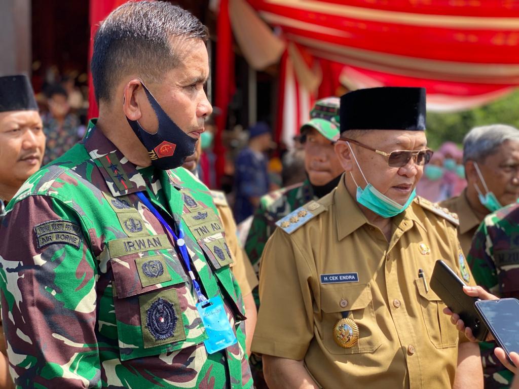 Bupati Sarolangun Cek Endra mendampingi Panglima Kodam II Sriwijaya Mayor Jenderal TNI AD Irwan di sela-sela lawatannya ke Sarolangun.