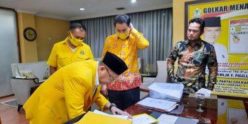 Cek Endra ketika membubuhkan tanda tangan di Surat Rekomendasi yang diterbitkan DPP Partai Golkar, Kamis 2 Juli 2020, kemarin.