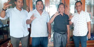 Haji Aziz, pentolan etnis Bugis Bone (berkemeja hitam) berpose dengan mengangkat jari yang membentuk huruf C, simbol Cek Endra.