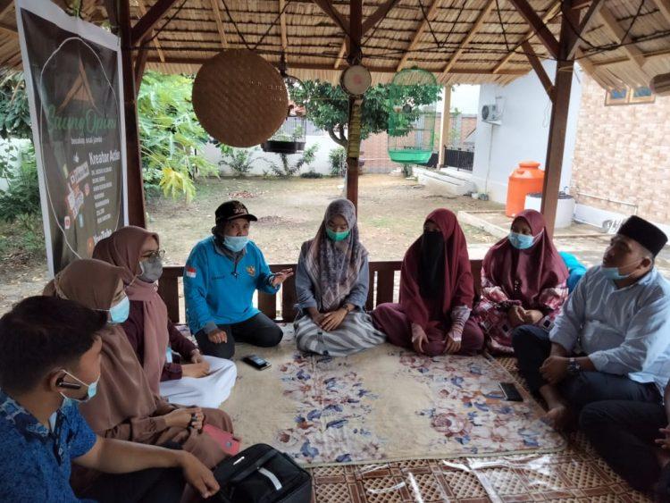 Hj Mursida sewaktu berdiskusi bersama tim Saung Opini