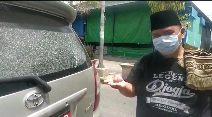 Kaca bagian belakang mobil Ketua Bawaslu Sungai Penuh retak seribu karena tembakan