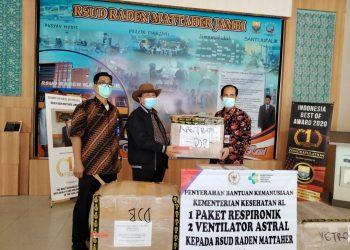 Zulfikar Achmad saat menyerahkan bantuan alat penganangan Covid ke RSUD Raden Mattaher Provinsi Jambi
